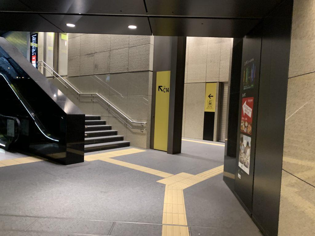 大手町C14出口、右折後すぐにエレベーターの案内表示が見える