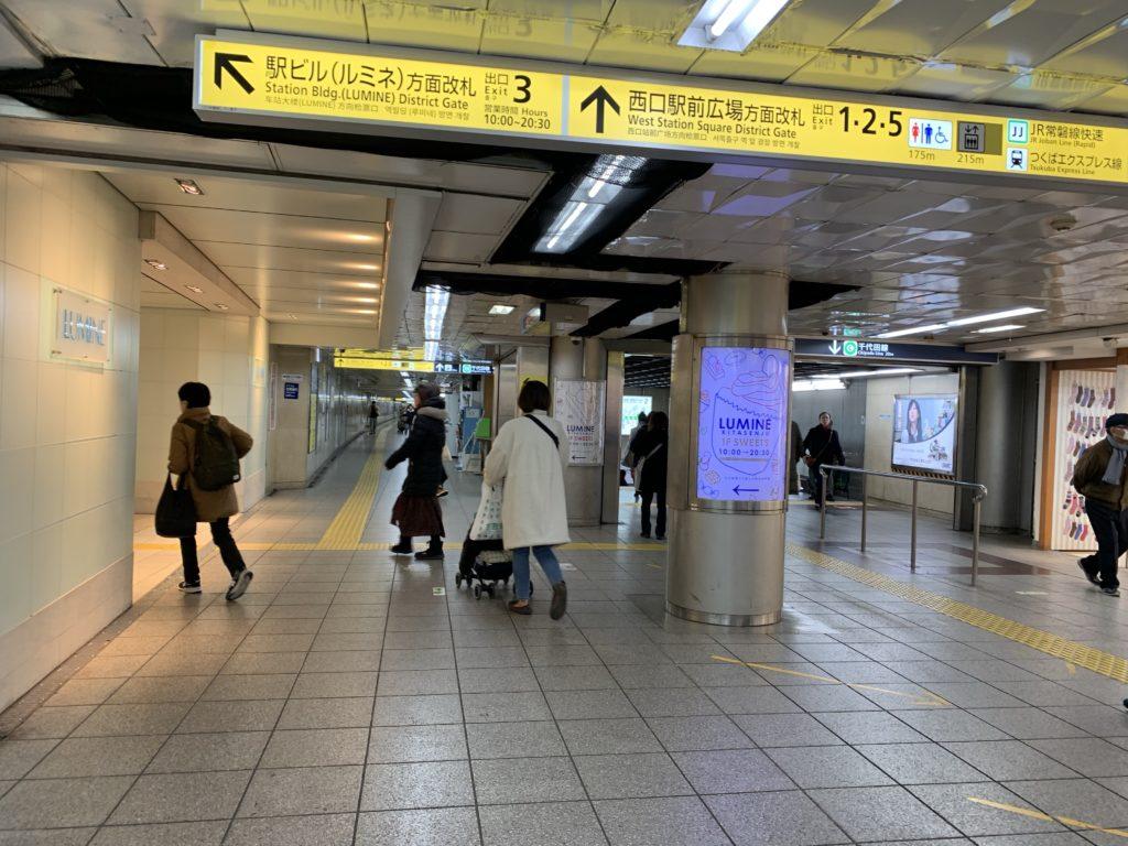 北千住駅 千代田線ホームゆき階段・エスカレーター前の写真