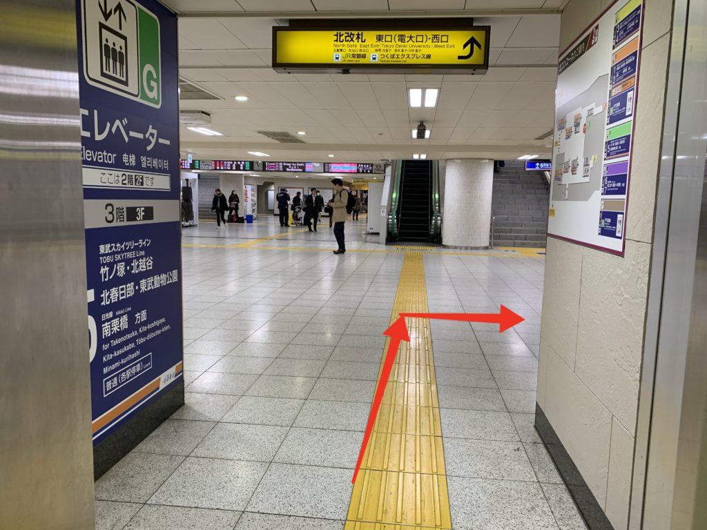 北千住駅 日比谷線ホームゆきエレベーター 2階乗り場の写真